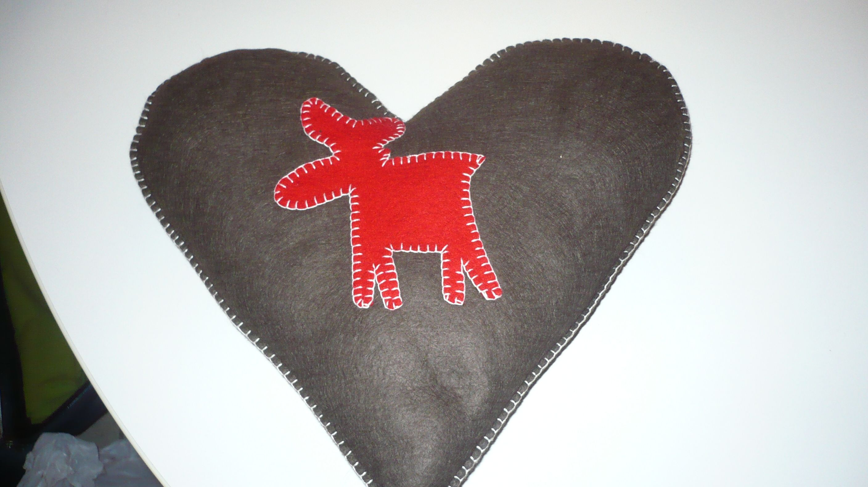 coeur en feutrine avec un renne. Black Bedroom Furniture Sets. Home Design Ideas